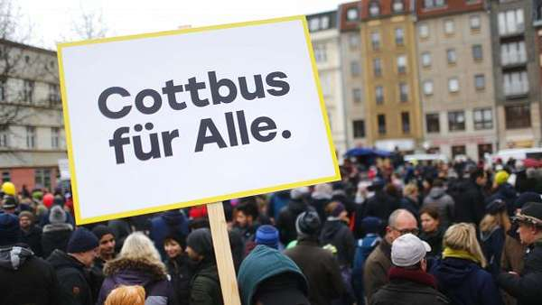 News video: Demonstrationen für und gegen Migranten in Cottbus