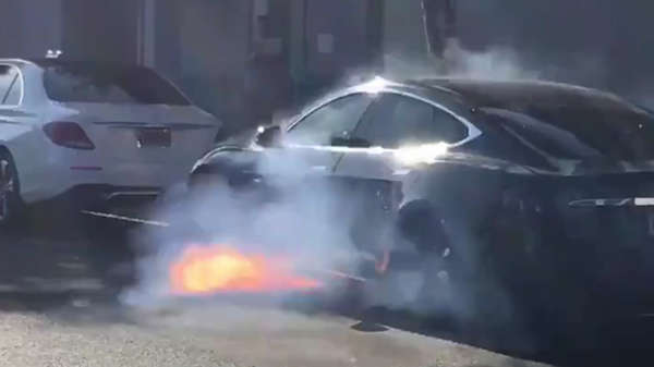 News video: Tesla on fire: US-Schauspielerin teilt krasse Bilder auf Twitter
