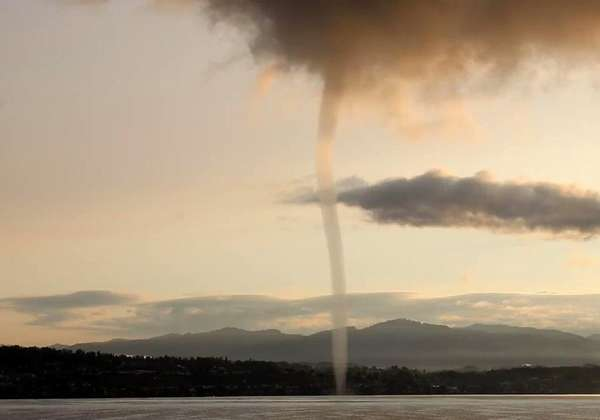 News video: Waterspout Appear on Zurich Lake