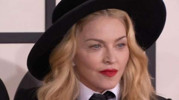 News video: Madonna fliegt in der Economy-Class nach Lissabon