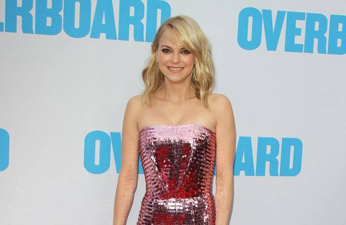 Video: Anna Faris gratuliert ihrem Ex