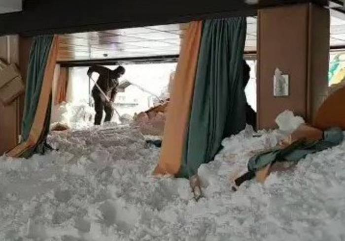News video: Army Personnel in Austria Clear Snow From Avalanche-Hit Hotel