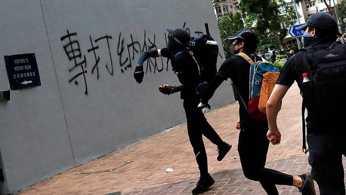 News video: Hongkong: mit Steinen gegen die Polizei