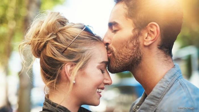 Video: Stars, die echt gut küssen: Diese Sternzeichen haben es drauf!