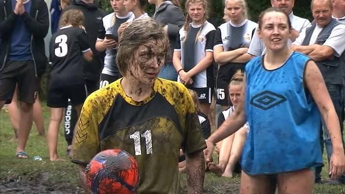 Video: Hauptsache Spaß: Matschfußball in Weißrussland