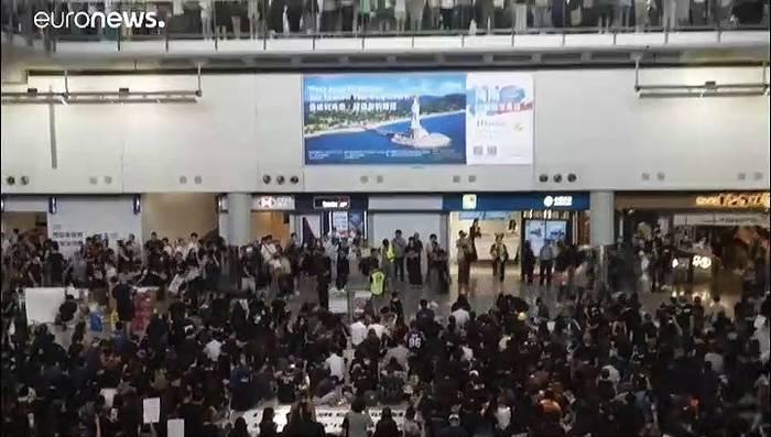 Video: Flughafen Hongkong stellt Betrieb ein