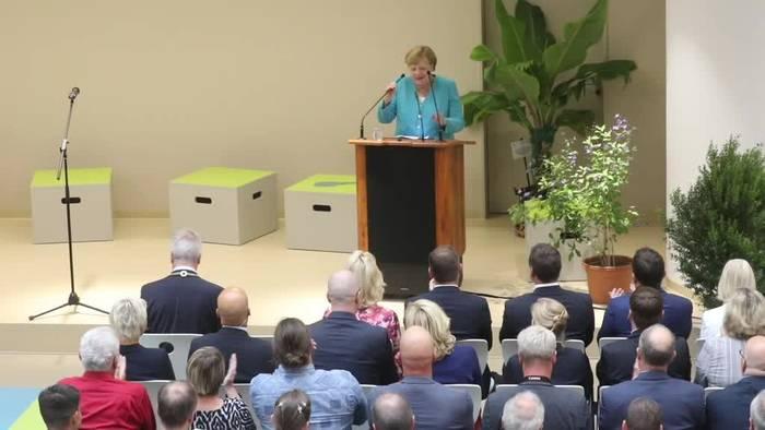 News video: Kanzlerin Merkel besucht die Pinguine