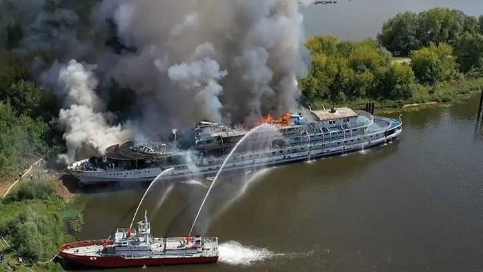 Video: Wolga: Kreuzfahrtschiff geht in Flammen auf