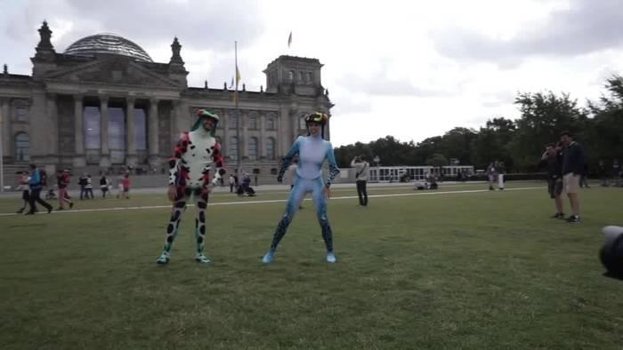 Video: Tänzchen im Frosch-Kostüm vor dem Reichstag