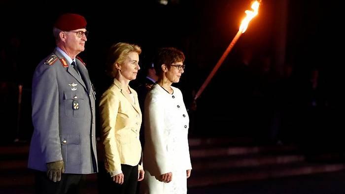 News video: Großer Zapfenstreich: Von der Leyen verabschiedet sich von der Truppe