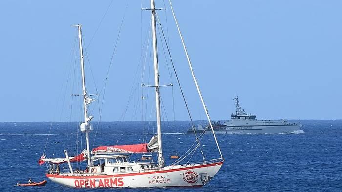 News video: Open Arms: 9 Migranten dürfen an Land. Schiff ist noch ohne Hafen