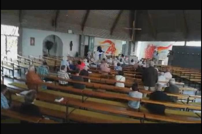 News video: Eklat vor Gottesdienst: Pfarrer wirft Frauen aus der Kirche, weil ihm eine Erklärung nicht passt