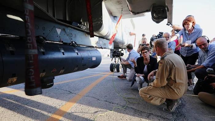 Video: Erster Auslandseinsatz: AKK in Jordanien