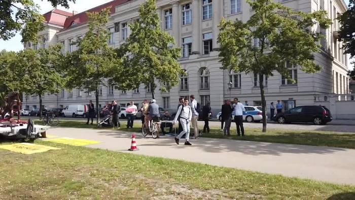 News video: Wolfsmensch mit Hitlergruß - Künstler demonstriert gegen AfD