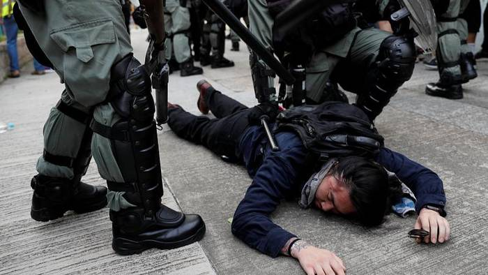 Video: Hongkong: Polizei schlägt Demo gewaltsam nieder