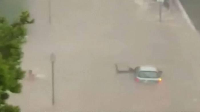 News video: Unwetter auf Mallorca: Autofahrer rettet sich schwimmend aus Wagen