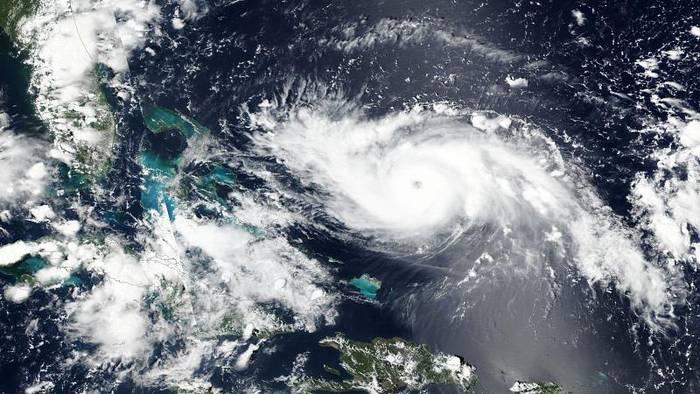 Video: Mit 215 km/h Richtung Küste: Dorian jetzt Hurrikan der Stufe 4