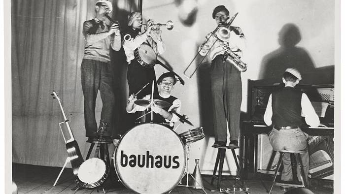Video: Yoga und andere Aktivitäten: Berlin feiert 100 Jahre Bauhaus