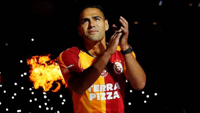 News video: Stürmerkarrussel: Eintracht prasentiert Silva (23), Istanbul feiert Falcao