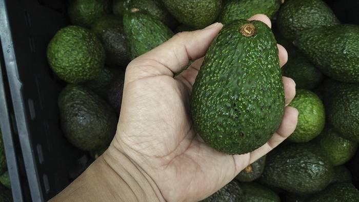 Video: Sie wickelt eine Avocado in Alufolie: Der Grund ist genial!