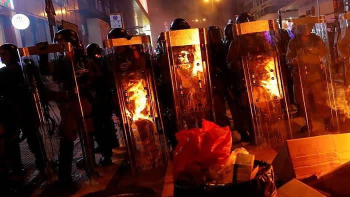 Video: Hongkong findet keine Ruhe: Erneut Polizeigewalt und Ausschreitungen