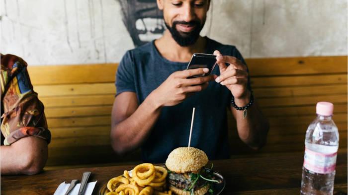 News video: Immer mehr Menschen gehen alleine Essen - und liegen damit im Trend