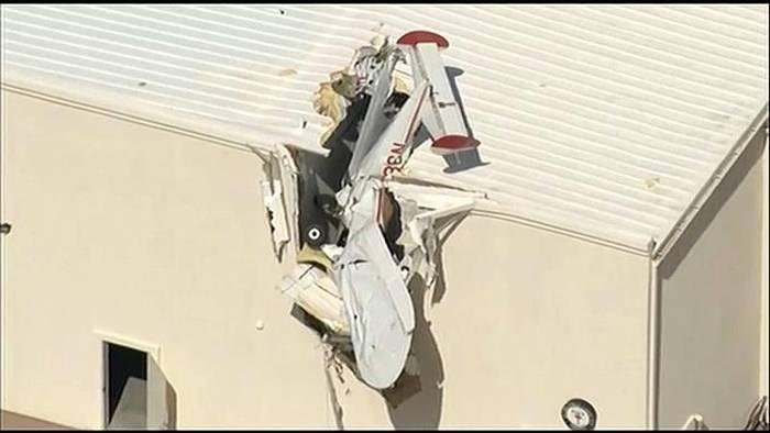 News video: Flugzeug steckt in Flughafen-Dach