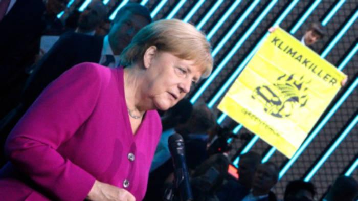 News video: IAA-Besuch von Angela Merkel von Protesten überschattet