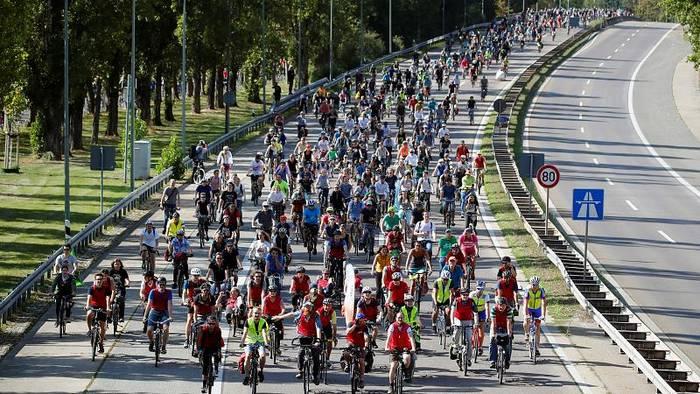 News video: Tausende Radfahrer protestieren gegen Internationale Automobilausstellung in Frankfurt