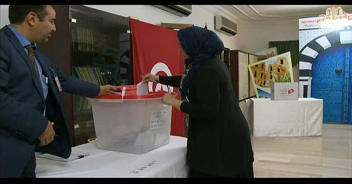 Video: Tunesier wählen neuen Präsidenten