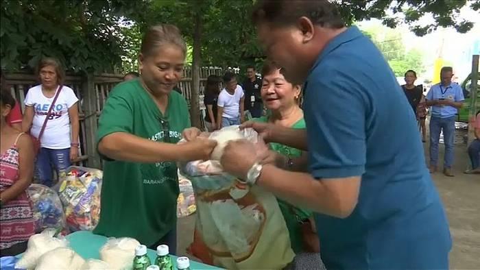 Video: 1 Kilo Reis für 2 Kilo Plastik: Dorfbewohner tauschen Müll gegen Lebensmittel