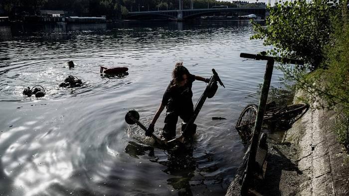 Video: Schrott in der Rhône: Freiwillige fischen 109 E-Roller aus dem Wasser