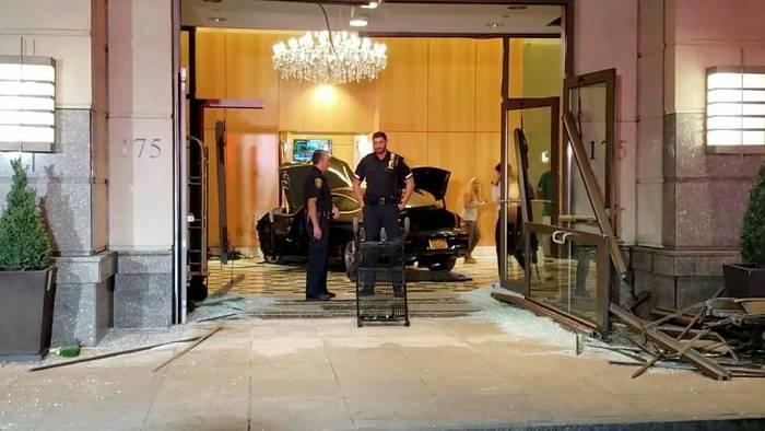 News video: Mercedes rast in Lobby des Trump Plaza: 3 Verletzte