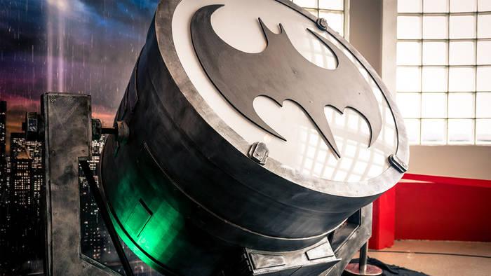 News video: Batman-Tag: In diesen Städten leuchtet am 21. September das Batman-Logo!