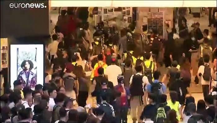 Video: Demonstranten in Hongkong versammeln sich in Einkaufszentren