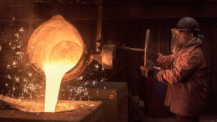 Video: Mann fasst in flüssiges Metall, ohne sich die Hand zu verbrennen