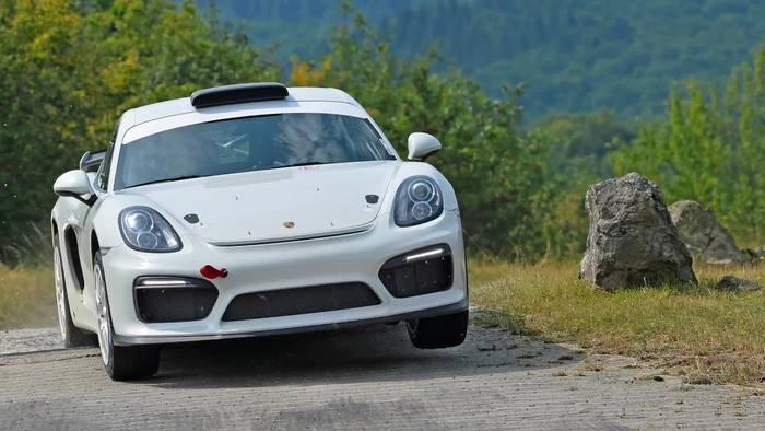 News video: Demofahrt des Porsche Cayman GT4 Rallye auf Schnee und Eis