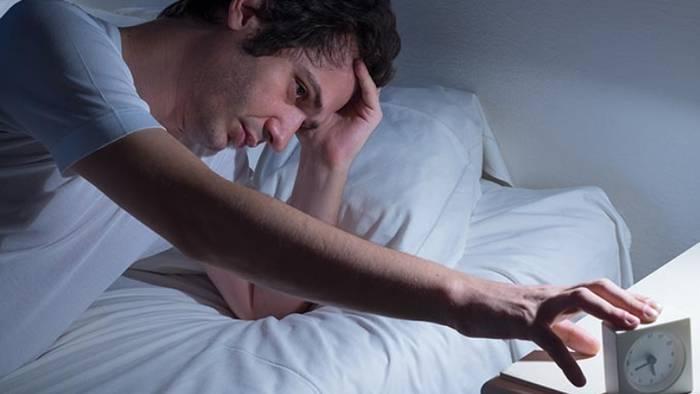 Video: Du wachst nachts immer zur gleichen Uhrzeit auf? Das will dir dein Körper damit sagen!