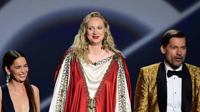 Video: Um Gottes Willen! Irres Emmy-Outfit von Brienne aus