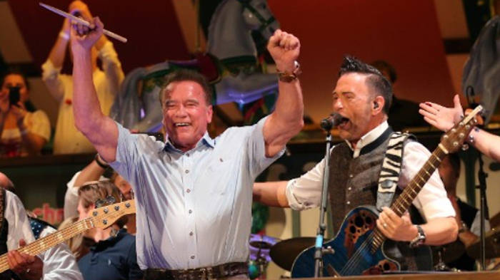 News video: He did it again: Arnold Schwarzenegger dirigiert im Marstall-Zelt