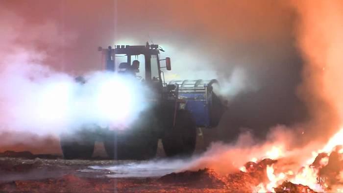 News video: Niedersachsen: Tausend Strohballen brennen im Kreis Diepholz