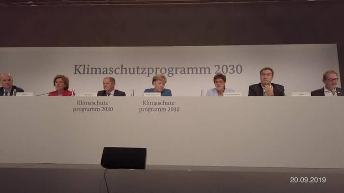 Video: Klimaprotest vor Bundeskanzleramt während Kabinettssitzung