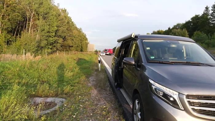 News video: Bayern: Frau fällt auf A96 aus fahrendem Auto und stirbt