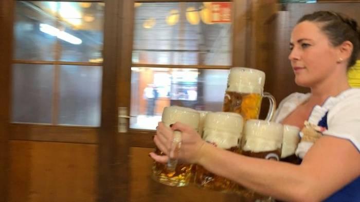 News video: 15 Stunden Bier schleppen: Der Tag im Leben einer Oktoberfest-Bedienung