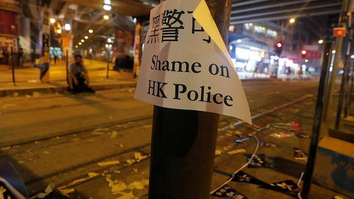 Video: Hongkong: Polizei schießt mit scharfer Munition