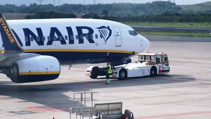 Video: Warum parken Flugzeuge an manchen Flughäfen rückwärts ein?