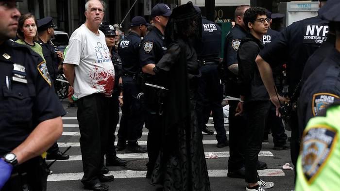 News video: Mit Klebstoff und Kunstblut: Weltweite Proteste für mehr Klimaschutz