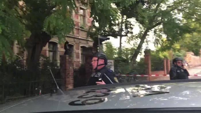 News video: Polizei: Zwei Menschen in Halle erschossen - Täter flüchtig