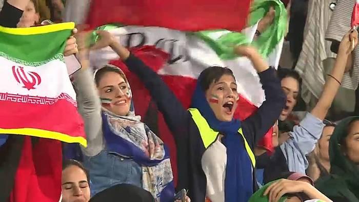 Video: Iranische Frauen dürfen erstmals ins Stadion