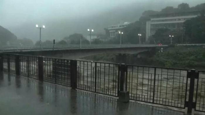 Video: Japan: Taifun soll am Sonntag abziehen